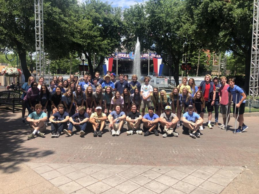 The junior class poses outside of Six Flags Over Texas for a group photo.