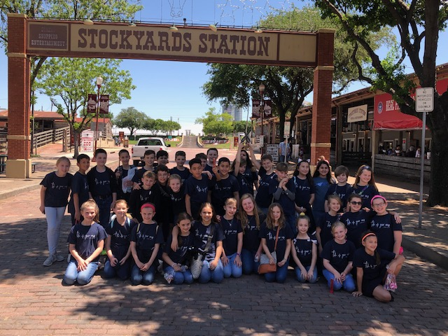 The+4th+graders+lined+up+by+the+entrance+of+the+Stockyards+for+a+group+photo.