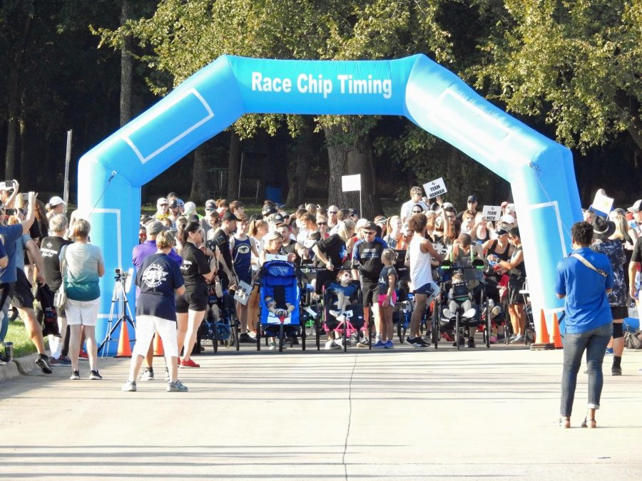 All Team Hoyt runners shake out their nerves at the start line, anticipating the sound of the starting gun.