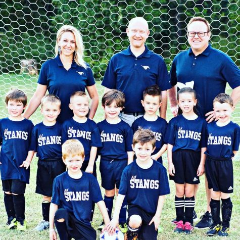 The team photo for the Kindergarten Lil stangs team.