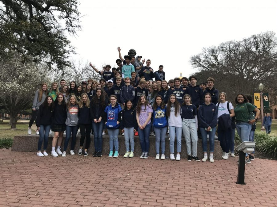 Sophomores group together in front of a statue at Baylor University for a picture.