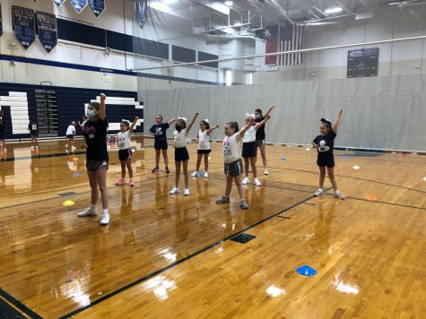 Junior co-captain, Maddie Simmons teaching the 4th graders their dance.